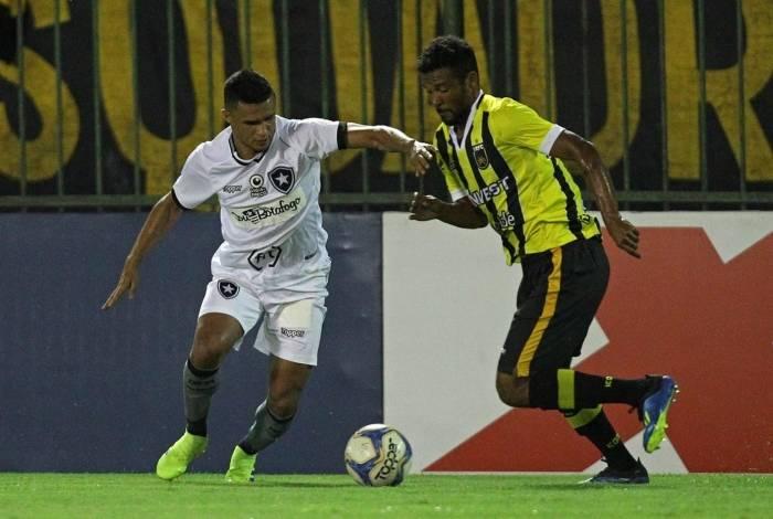 Isolado no ataque, Erik teve dificuldade contra a defesa do Voltaço: foi a quarta derrota do time no Carioca