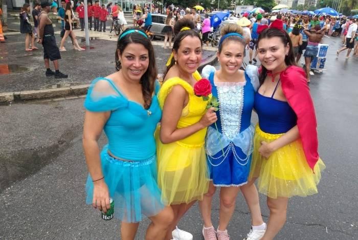 Roberta robilotta (cinderella), 35, Isabella Sá (bela),  35, Renata Abreu (branca de neve), 30, Jane Fernandes, 35, (Jasmine)