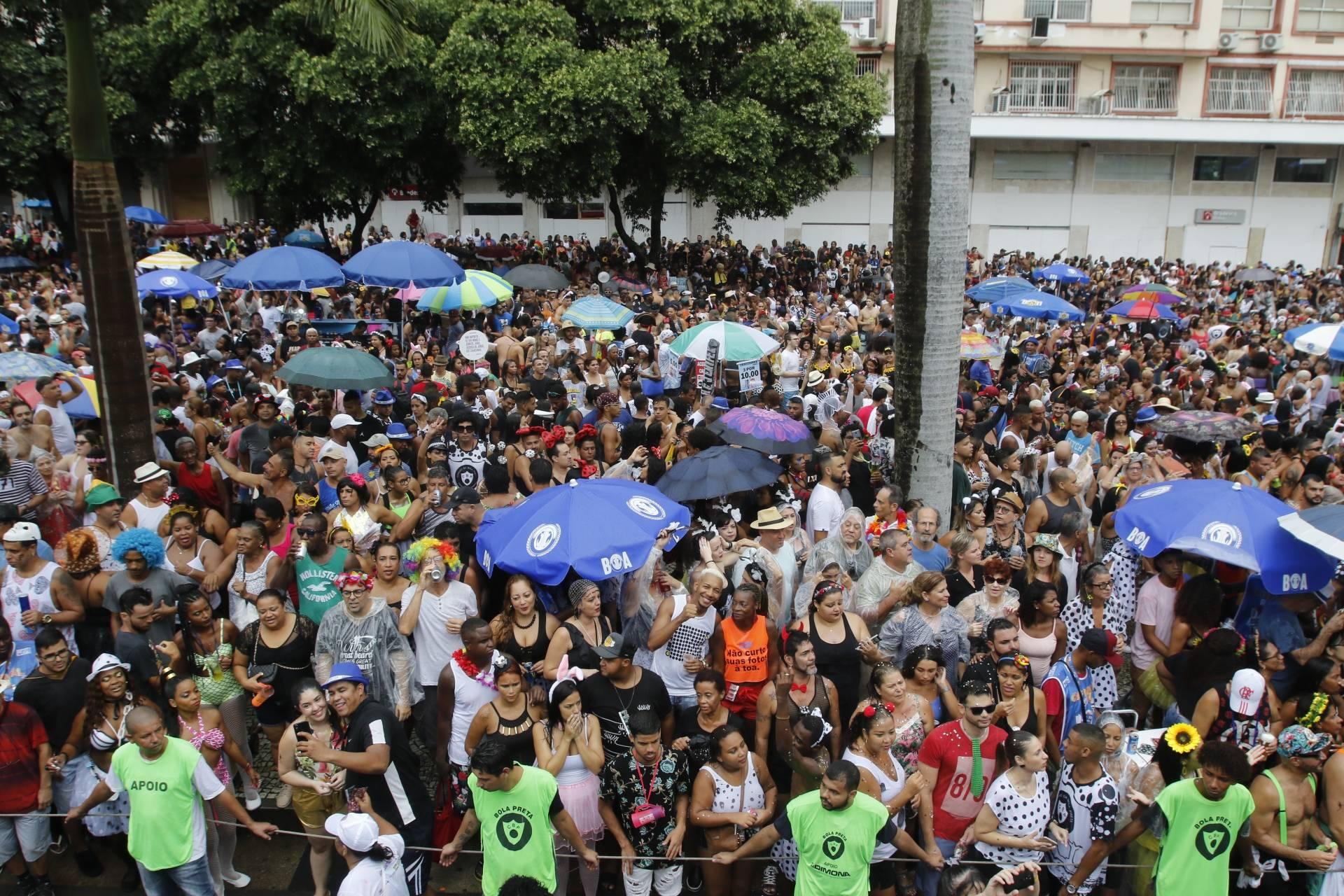 9567c2376d3ca Foliões curtem desfile do Cordão da Bola Preta