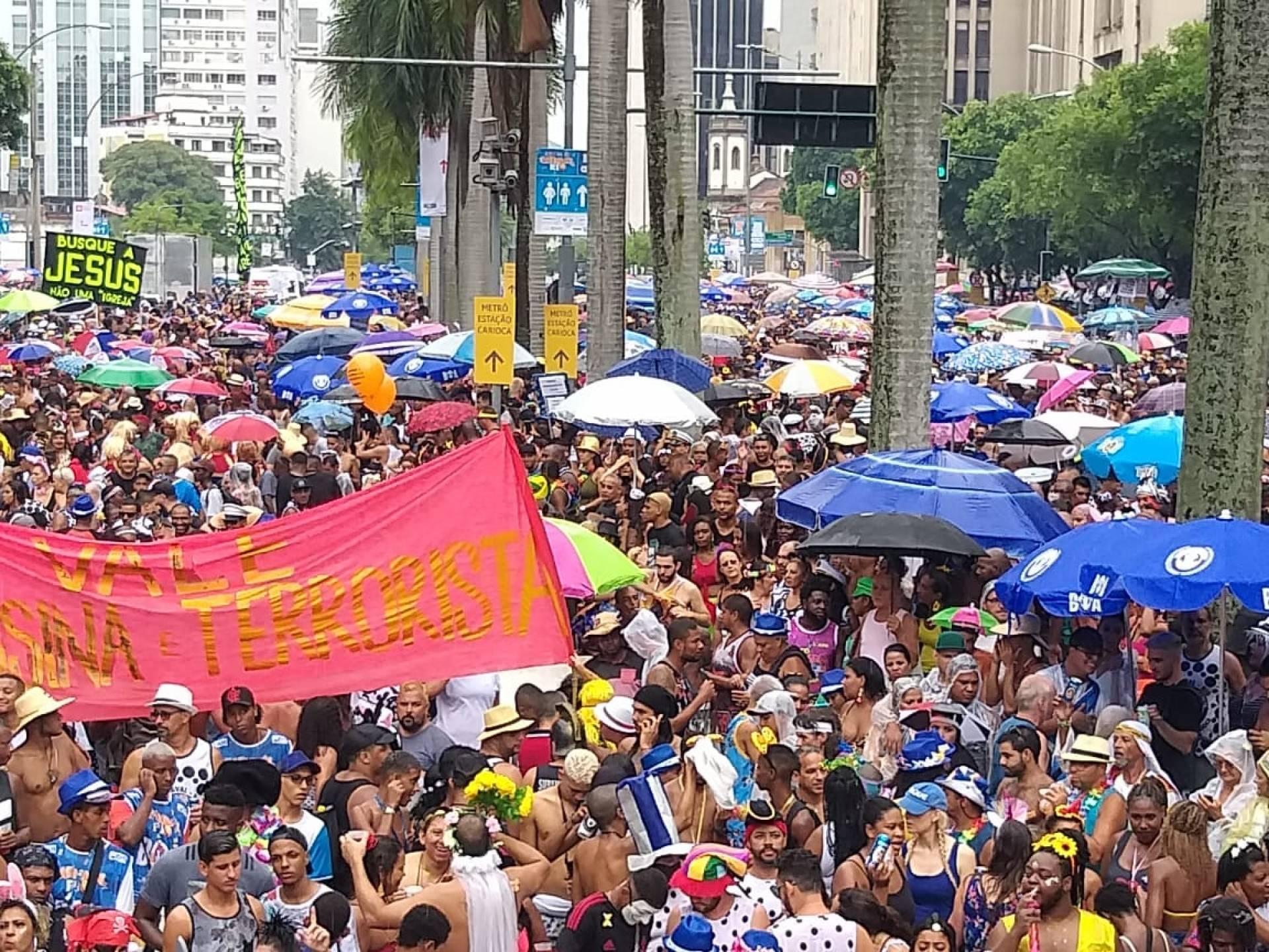 d5fbcf5139cb9 Cordão da Bola Preta agita o Centro do Rio debaixo de chuva MH ...