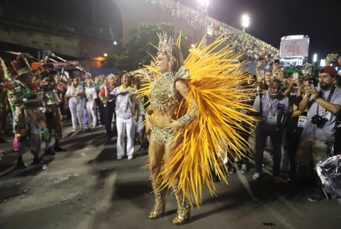 Grazi interpreta uma rainha de bateria durante o desfile da Imperatriz