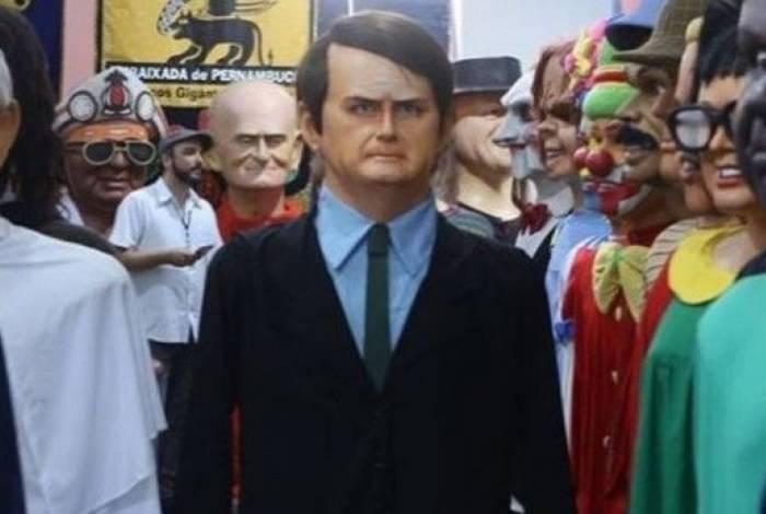 Boneco de Bolsonaro foi recebido com vaias e latas durante desfile em Pernambuco