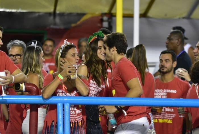 Juliana Paiva e Nicolas Prattes namoram em camarote na Sapucaí