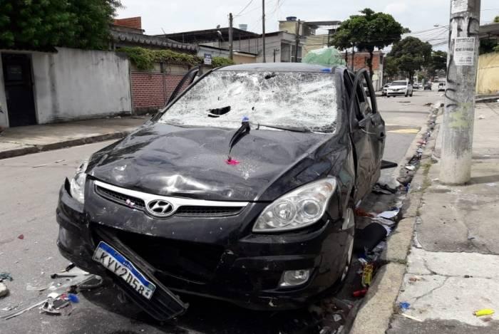Um carro avançou sobre uma multidão durante uma festa de carnaval na Rua Veríssimo Machado, em Rocha Miranda, na noite deste domingo
