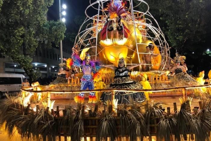 Carro alegórico com Jojo Toddynho em desfile da Beija Flor na Marquês de Sapucaí
