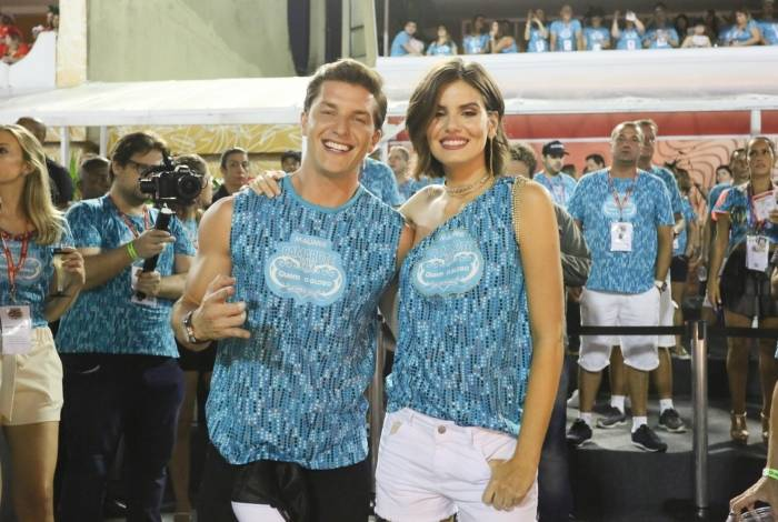 Klebber Toledo e Camila Queiroz namoram em camarote na Sapucaí