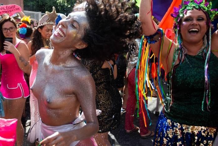 Algumas mulheres dispensaram o uso de adesivos e resolveram colocar apenas purpurina para curtir os blocos carnavalescos