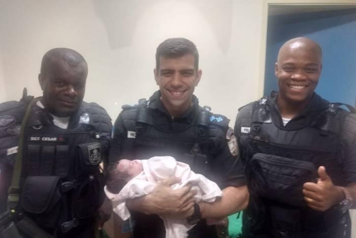 Policiais do 40º BPM (Campo Grande) que regataram bebê deram a ela no nome de Vitória