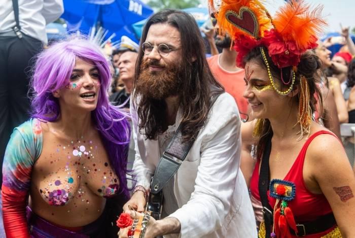 Além de peruca e adereços variados, foliã usou adesivos sobre os seios para compor a fantasia durante a apresentação do Bloco Sargento Pimenta, no Aterro do Flamengo