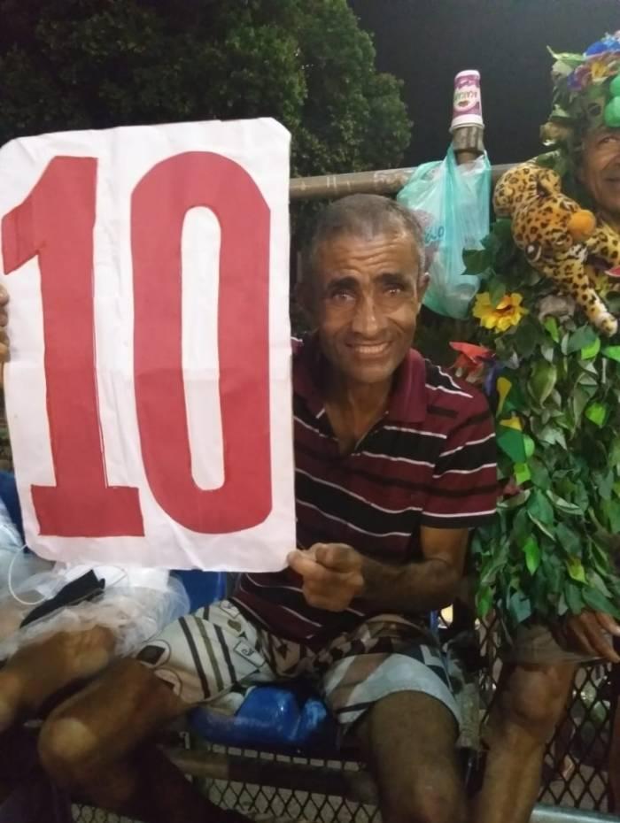 Ajudante de caminhão Caíque segurou placa com 'nota' 10 para os defiles