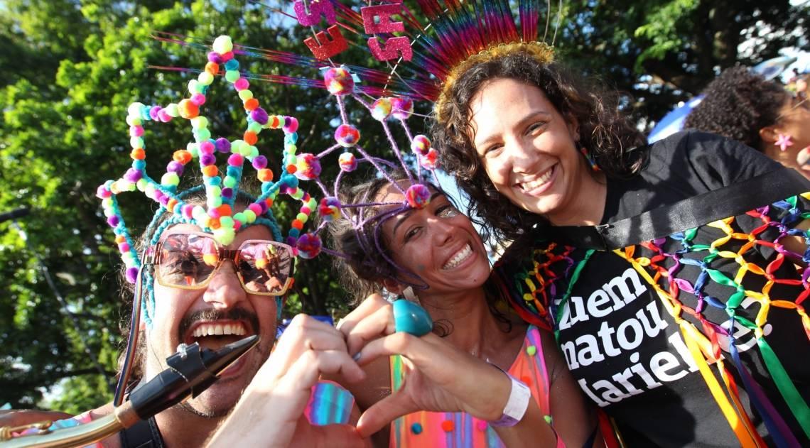 Mônica Benício (à direita), viúva de Marielle Franco, participou ontem do desfile da Orquestra Voadora, que homenageou a vereadora morta