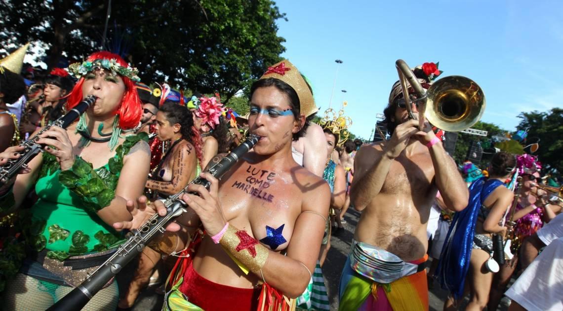 Muitas das fantasias dos integrantes da Orquestra Voadora tinham mensagens políticas