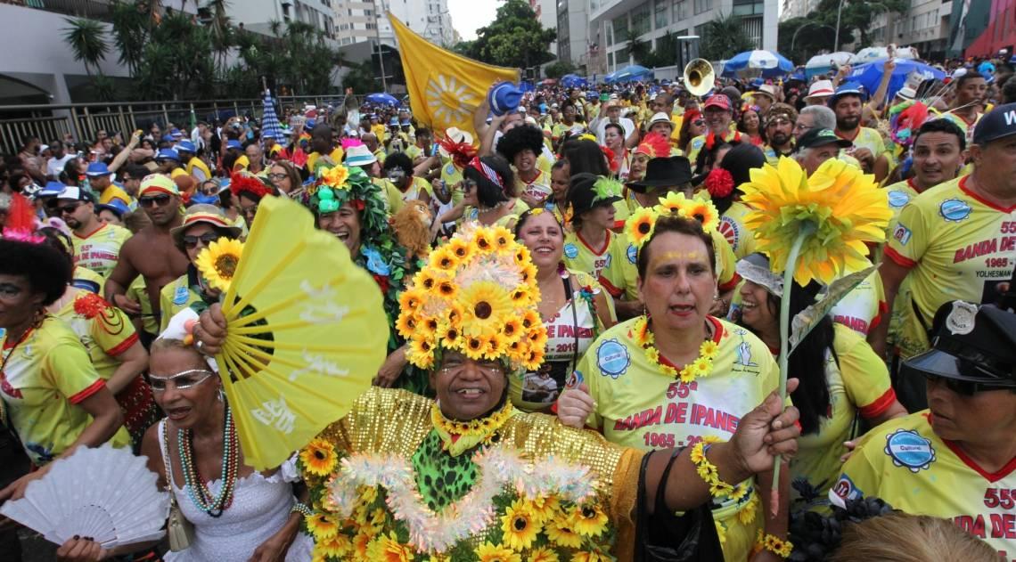 Pela terceira vez neste Carnaval, a Banda de Ipanema desfilou pelas ruas do bairro