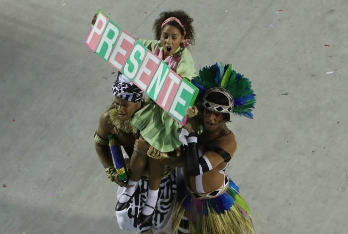 Cacá Nascimento interpretou uma estudante na comissão de frente e levantou a placa 'Presente'