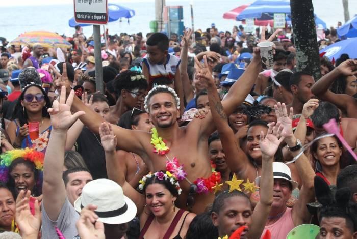 Foliões desfilam na Banda de Ipanema