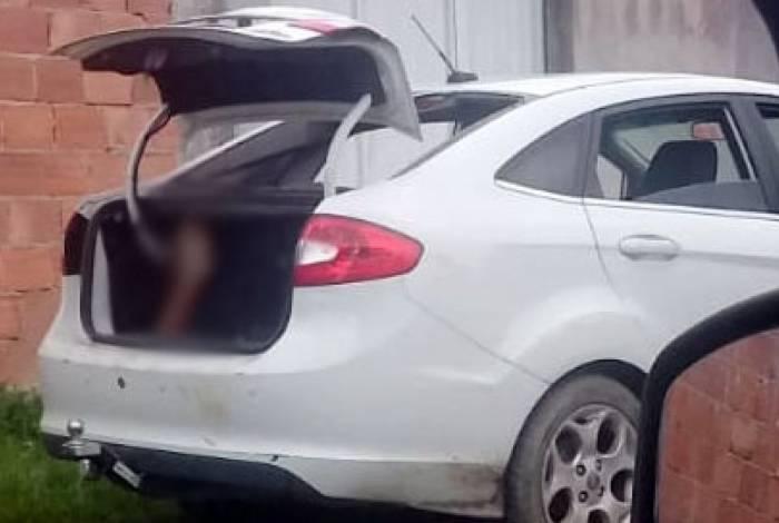 Corpo foi encontrado em um Ford Fiesta branco