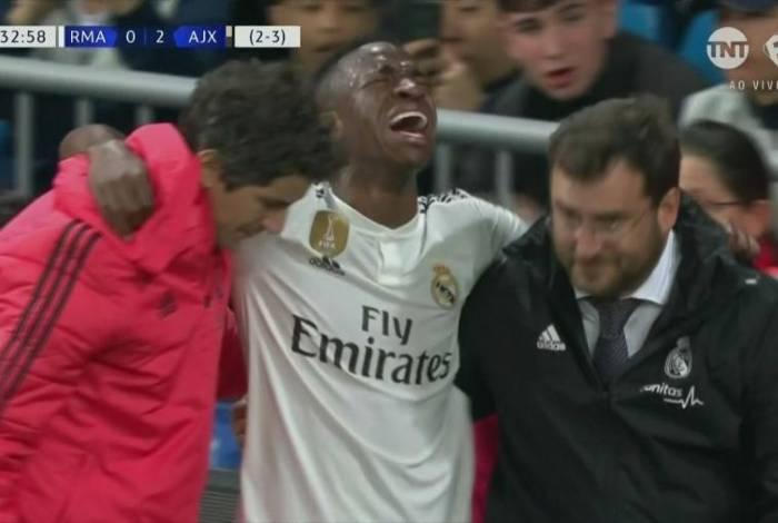 Vinicius Júnior sai de campo carregado e chorando muito