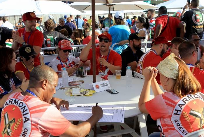 Integrantes das escolas de samba acompanham apuração. Na foto, a Viradouro