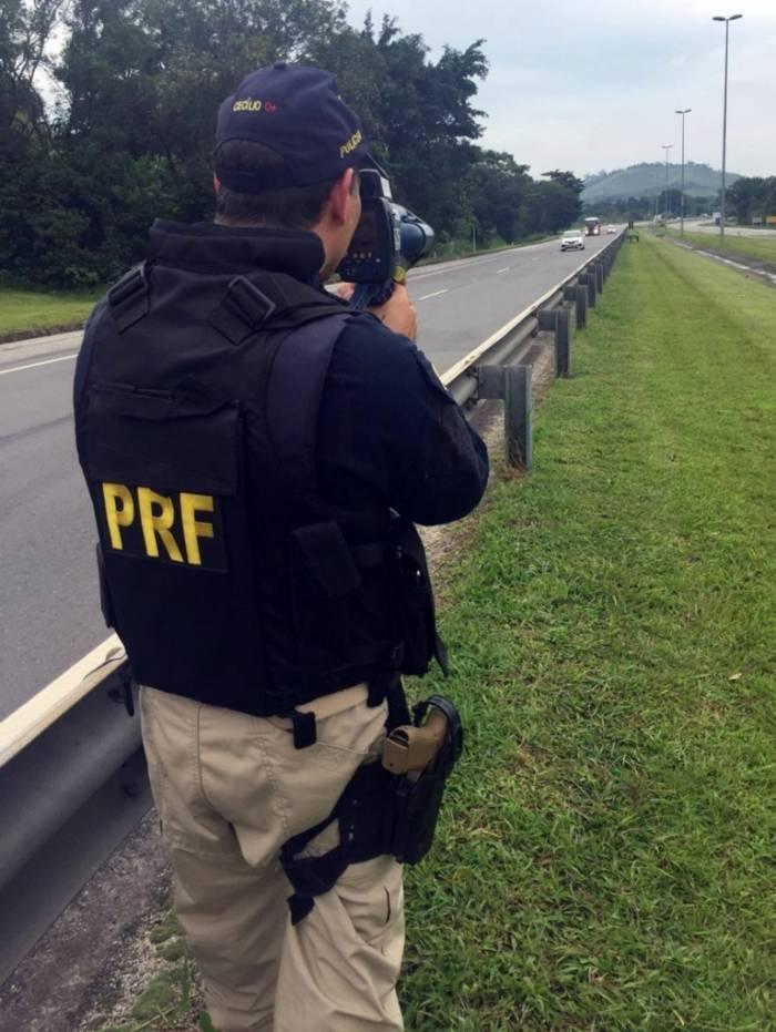 PRF usou radar portátil para flagrar motoristas em alta velocidade