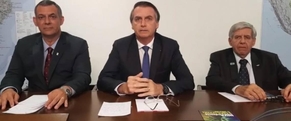 Bolsonaro entre os generais Rêgo Barros e Augusto Heleno