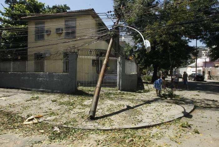 Cruzamento das ruas Zenóbio da Costa com Hipólito da Costa, em Vila Isabel, onde árvore também caiu na rede elétrica