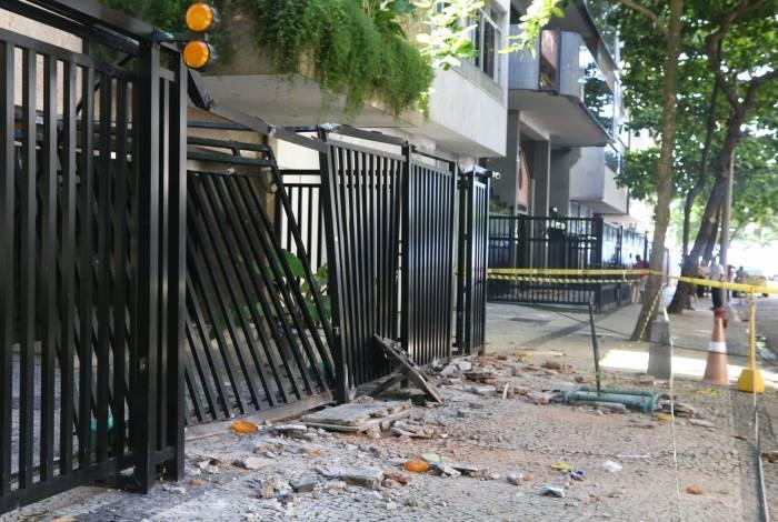 Queda de pedaços da fachada de uma varanda cai sobre pessoas que passavam na calçada. O local fica na rua João Lira, 28 no quinto andar no bairro Leblon. Foto: Daniel Castelo Branco / Agência O Dia
