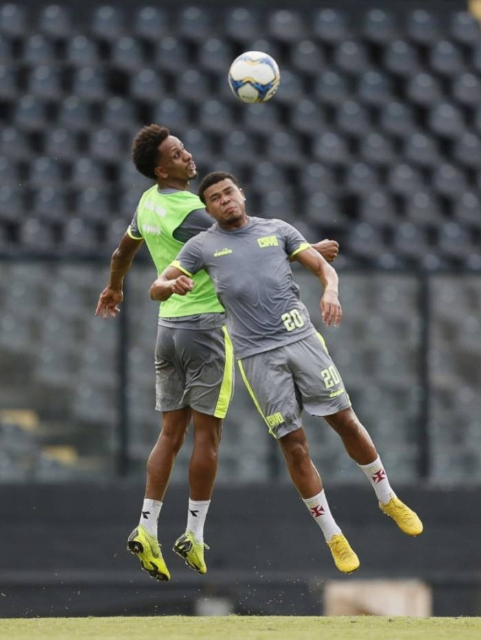 Lucas Mineiro (E) se destaca nas bolas aéreas: grata surpresa no Vasco