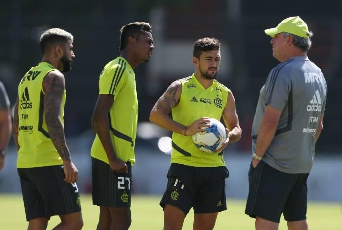 Arrascaeta (com a bola) conversa com Abel ao lado de Gabigol (E) e Bruno Henrique no treino do Fla