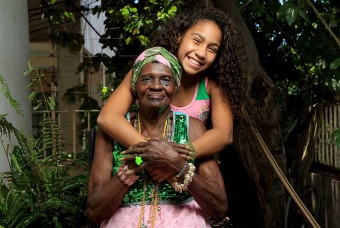 Tia Suluca recebeu Cacá Nascimento em sua casa, que fica perto da Estação Primeira. 'Essa menina já está na história da Mangueira', diz a baluarte