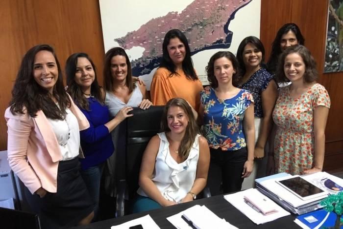 Secretária Ana Lúcia (sentada) e sua equipe feminina, que coordena projetos importantes da pasta