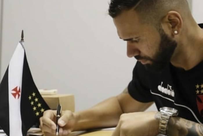 Leandro Castan assinou nesta sexta-feira a renovação por três anos com o Vasco