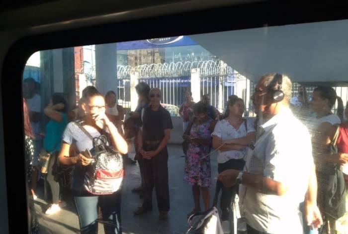 Problema na rede elétrica causa atrasos na Estação Santa Cruz