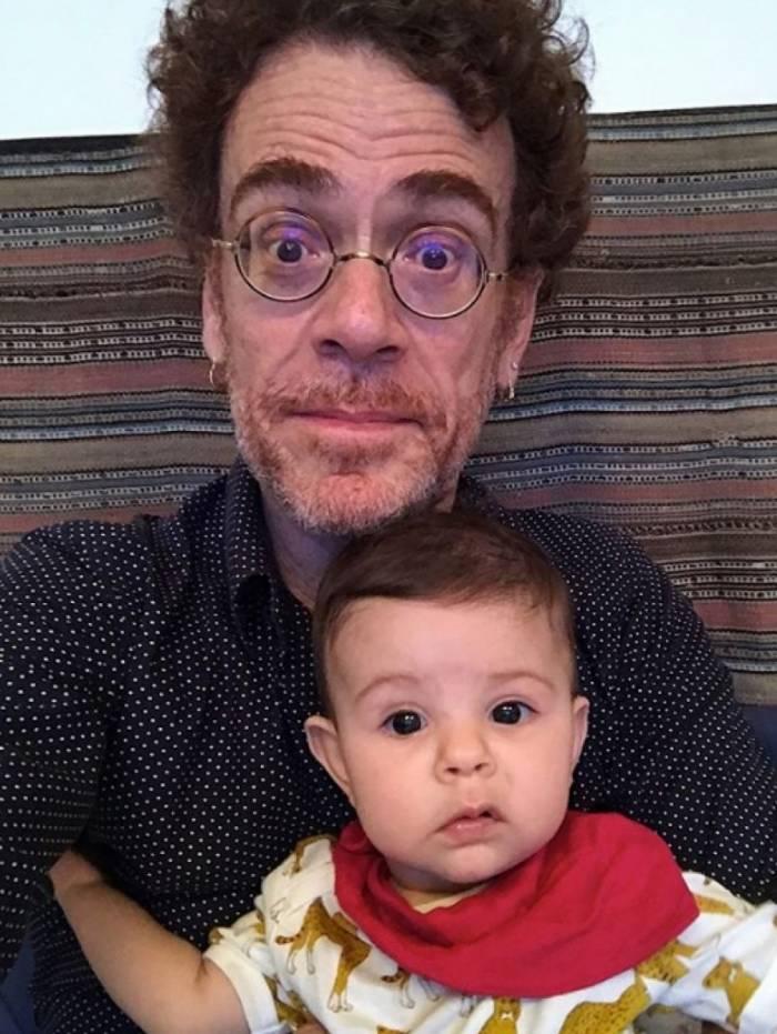 Nando Reis e a neta Gal