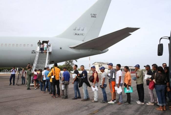 Boa Vista - Refugiados venezuelanos embarcam em avião da Força Aérea Brasileira (FAB) com destino a São Paulo e Cuiabá (Antônio Cruz/Agência Brasil)