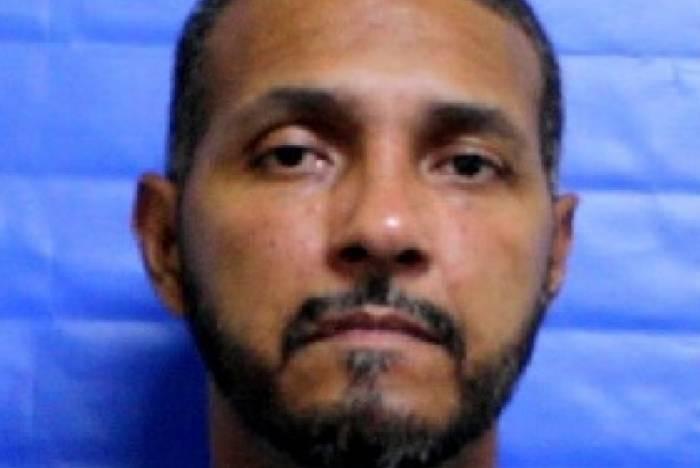 Evânio Oliveira Santos, de 41 anos, foi detido em flagrante após o corpo de Carine Alves Lobo, de 29 anos, ser encontrado no interior do veículo da vítima, na Estrada do Encanamento.