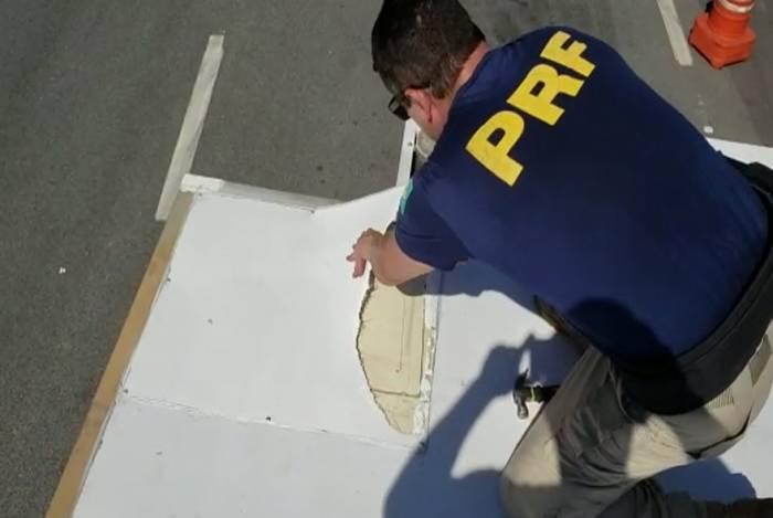 Policiais da PRF descobrem fundo falso que escondia maconha que seria levada para o Complexo do Alemão