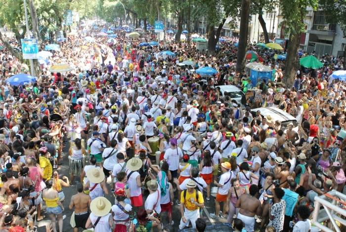 Desfile do bloco Quizomba, na Lapa: cena comum no Carnaval de rua carioca, multidão de foliões acompanha cortejos nos dias de folia