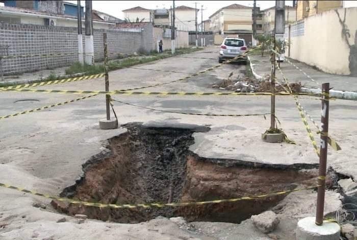 Técnicos do Serviço Geológico do Brasil avaliam as causas do afundamento de ruas do bairro do Pinheiro