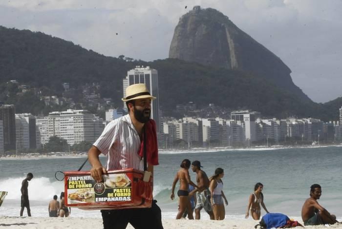 O vendedor de empanadas, o argentino Jorge Terille, reclama da redução do movimento nas areias