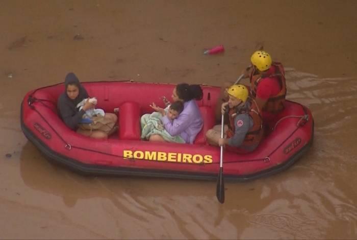 Mulheres e crianças resgatadas em bote por Bombeiros em São Paulo