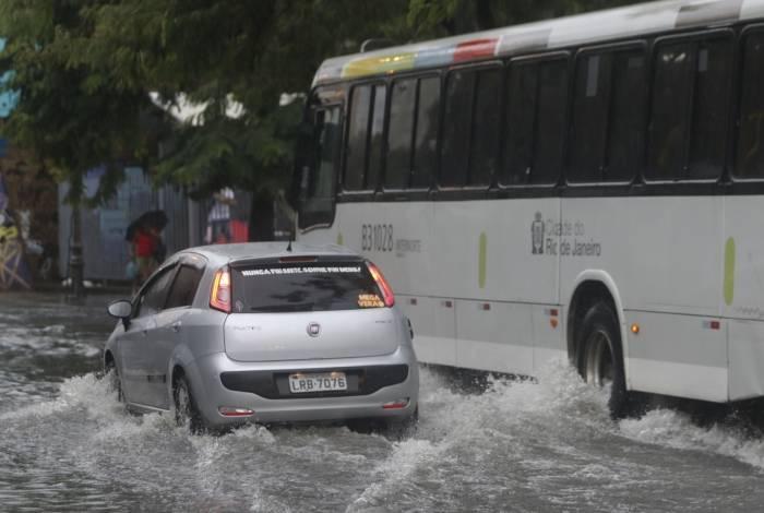 Chuva causou alagamentos em diversos pontos da cidade