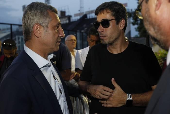 Filho de Eurico, Euriquinho (D) recebe as condolências do presidente do Vasco, Alexandre Campelo, no início do velório, em São Januário