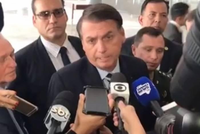 Bolsonaro disse que tem fotos com 'milhares de policiais civis e militares do Brasil todo', ao comentar registro com um dos suspeitos presos