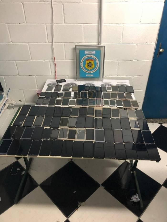 Além dos telefones, foram encontrados chips, drogas e TVs