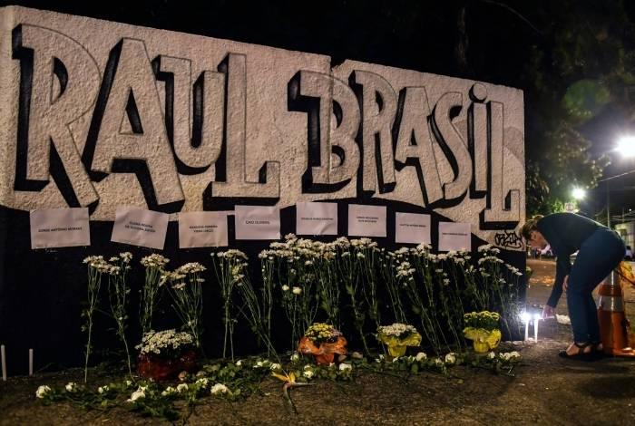 Velas e flores homenageiam vítimas no muro da escola atingida pela tragédia, em Suzano (SP)