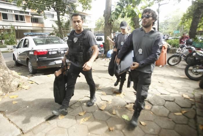 Policiais chegam com material apreendido de alvos da operação contra envolvidos nos assassinatos de Marielle Franco e Anderson Gomes
