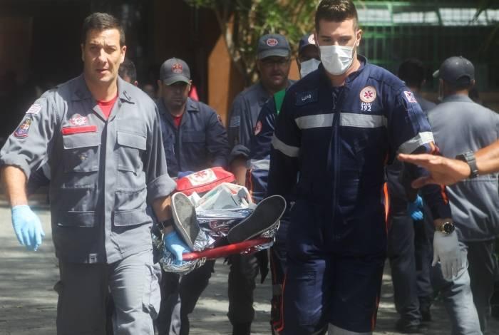 Uma pessoa é socorrida, após tiroteio ocorrido na Escola Estadual Raul Brasil: revólver, besta e machado usados no ataque