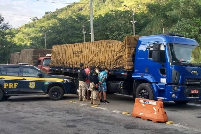 Três caminhões com mais de 700 mil maços de cigarros contrabandeados são apreendidos pela PRF