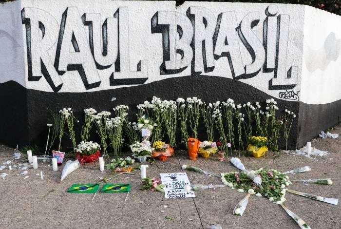 Homenagens aos alunos assassinados na Escola Raul Brasil, em Suzano, São Paulo