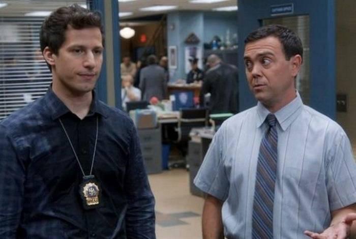 Jake Peralta (Andy Samberg) e Charles Boyle (Joe Lo Trugilo), personagens de 'Brooklyn Nine-Nine'